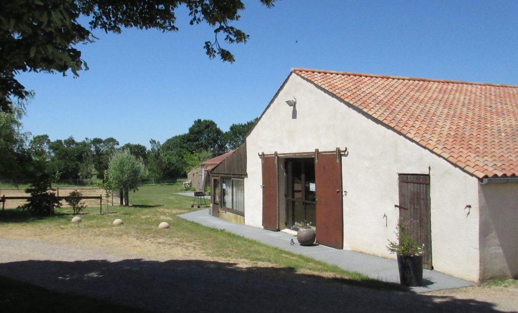 Vue extérieure de la grange de Bourg Paillé